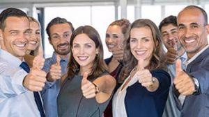 Comment choisir un réseau de mandataires immobilier ? Un groupe de mandataires immobilier sont tout sourire face caméra